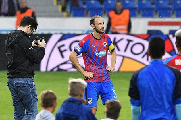 Fotbalista Roman Hubník (uprostřed) se po zápase loučil se spoluhráči z Plzně.