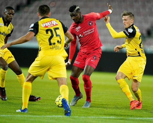 Sory Kaba z Midtjyllandu (v červeném) a Jordan Lefort z Young Boys (vpravo).