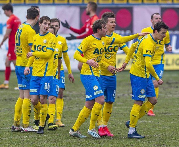 Hráči Teplic se radují z gólu, vpravo jeho střelec Vukadin Vukadinovič.
