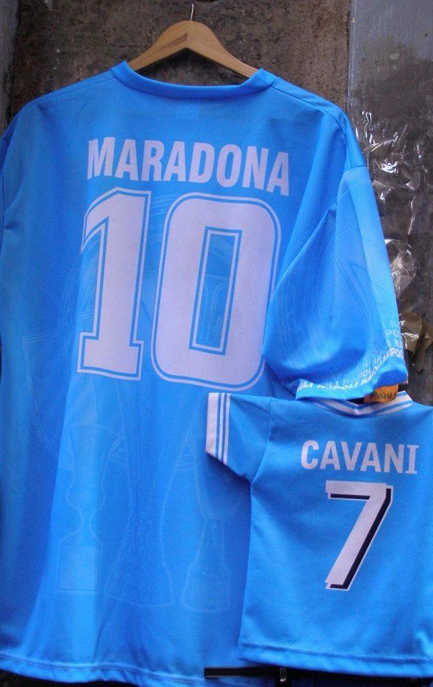 Maradony je plná Neapol. I po třiadvaceti letech jsou k mání dresy, trička či nejrůznější upomínkové předměty s podobiznou argentinského fotbalisty.