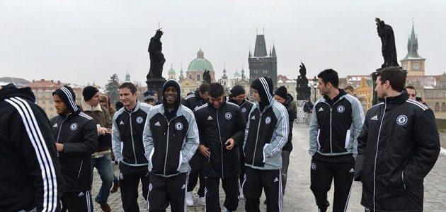 Fotbalisté Chelsea si dopoledne před zápasem zpestřili procházkou po Karlově mostě.