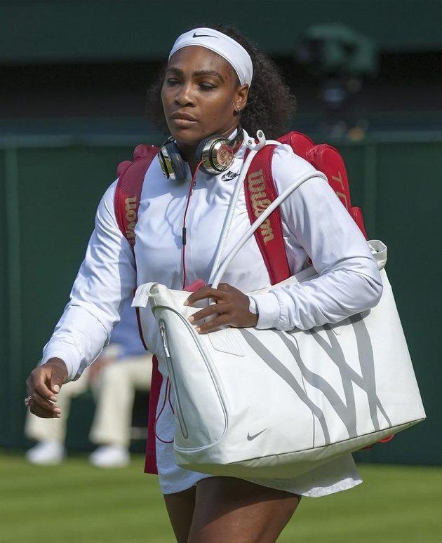 Také Serena Williamsová přichází na centrální kurt ve Wimbledonu se sluchátky.
