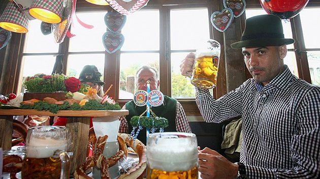Trenér Bayernu Mnichov během pivních slavností Oktoberfest.