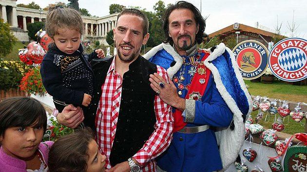 Záložník Bayernu Mnichov Franck Ribéry během pivních slavností Oktoberfest.