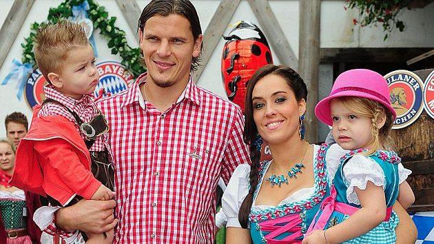 Fotbalista Bayernu Mnichov Daniel van Buyten s rodinou během pivních slavností Oktoberfest.