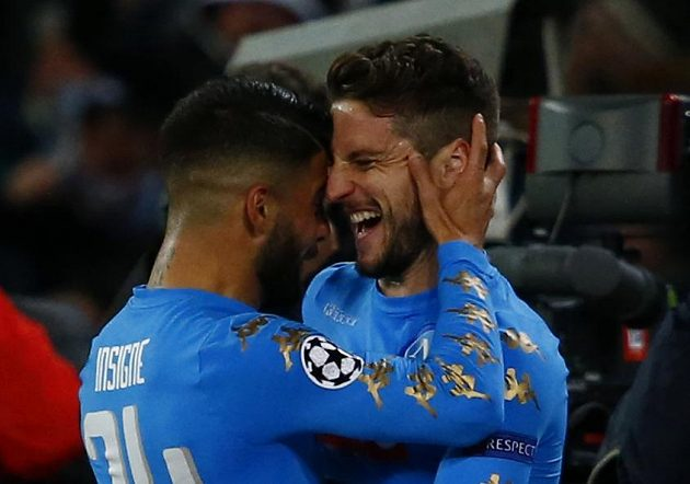 Autor neapolského gólu Dries Mertens slaví se spoluhráčem trefu do sítě Realu Madrid v odvetném osmifinále Ligy mistrů.