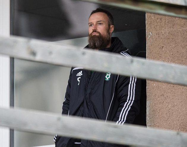 Nová posila Příbrami obránce Martin Jiránek sleduje utkání s Plzní.