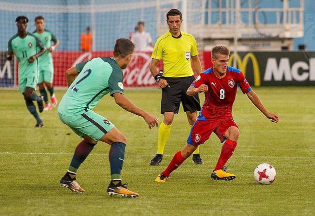 Michal Sadílek s míčem.