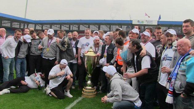 Společné foto hokejových šampiónů s týmem plzeňských fotbalistů v Doosan Areně.