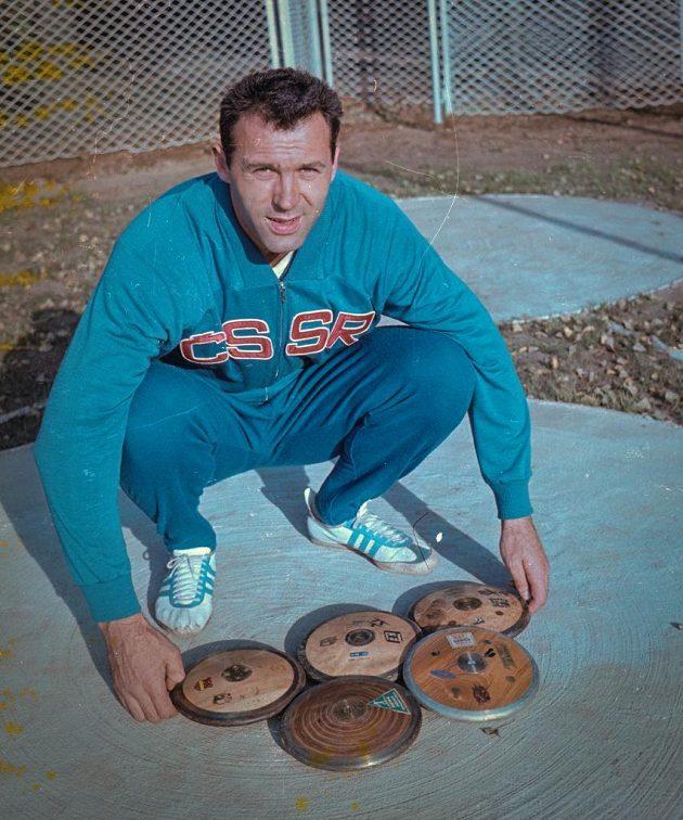 Stříbrný diskař Ludvík Daněk vytvořil v Tokiu olympijskou symboliku z pěti disků.