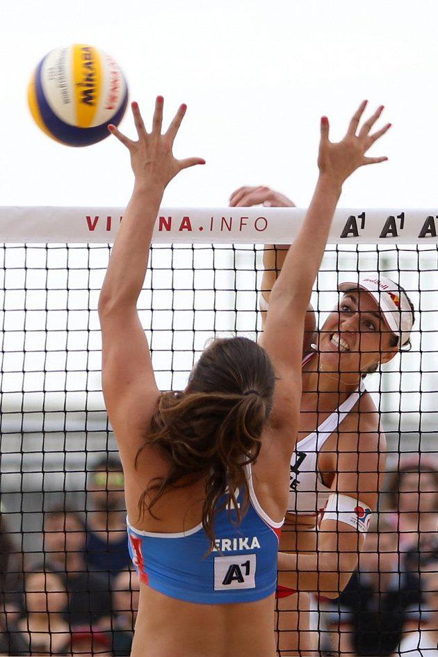 Barbora Hermannová smečuje během zápasu na mistrovství světa.