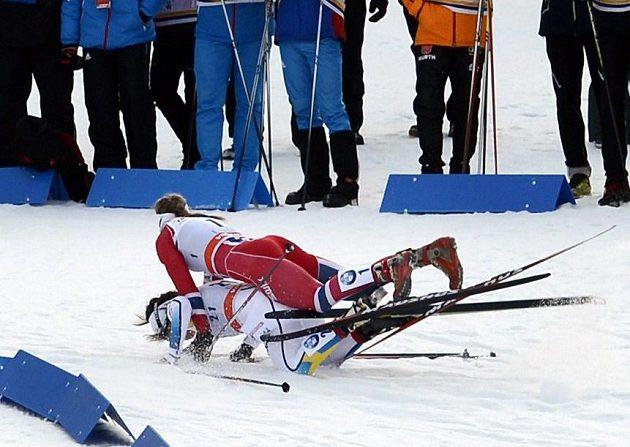 Norka Ingvild Flugstad Ostbergová (nahoře) se dostala do pozoruhodné kolize se Švédkou Charlotte Kallaovou během sprinterského závodu SP v Lahti.