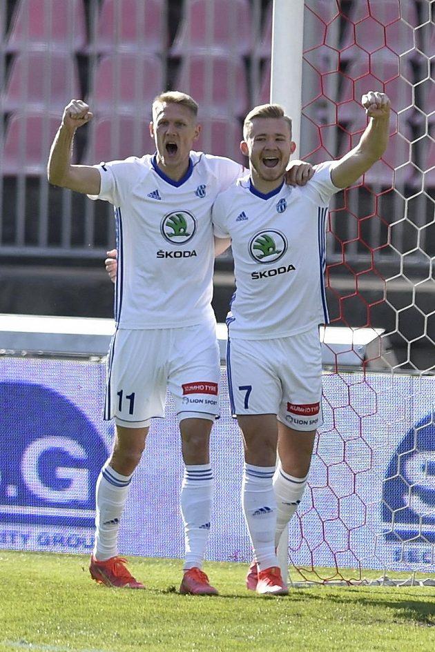 Michal Škoda z Boleslavi a Václav Drchal z Boleslavi se radují z gólu.