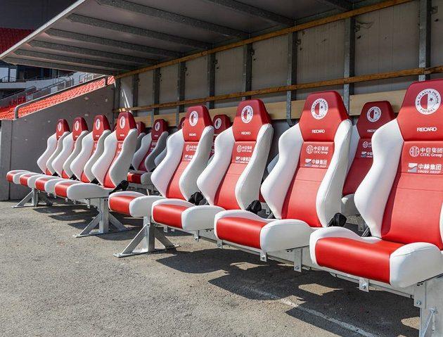 Nové sedačky Slavia na lavičku namontovala právě před očekávanou bitvou s Chelsea.