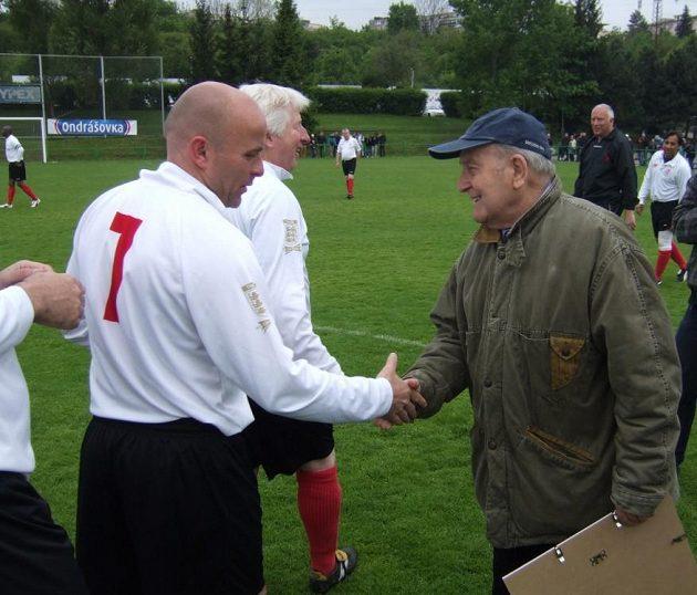 Fotbalový internacionál a malíř Arnošt Pazdera si podává ruce s hráči staré gardy Civil Service FC.