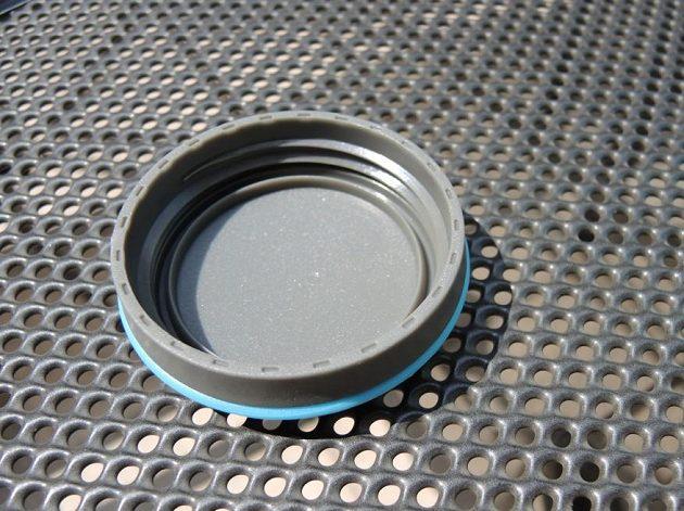 Sbalitelná láhev HydraPak Stash 1l - víčko nepotřebuje žádné zbytečné těsnění, aby dobře plnilo svou funkci.