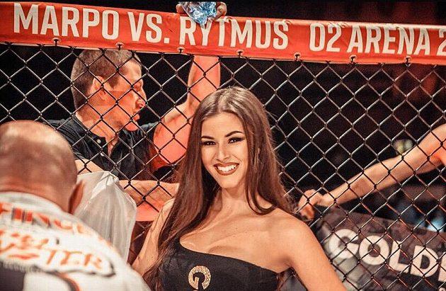 Krásná Denisa Gudelj je jedničkou v pozici ring girl.