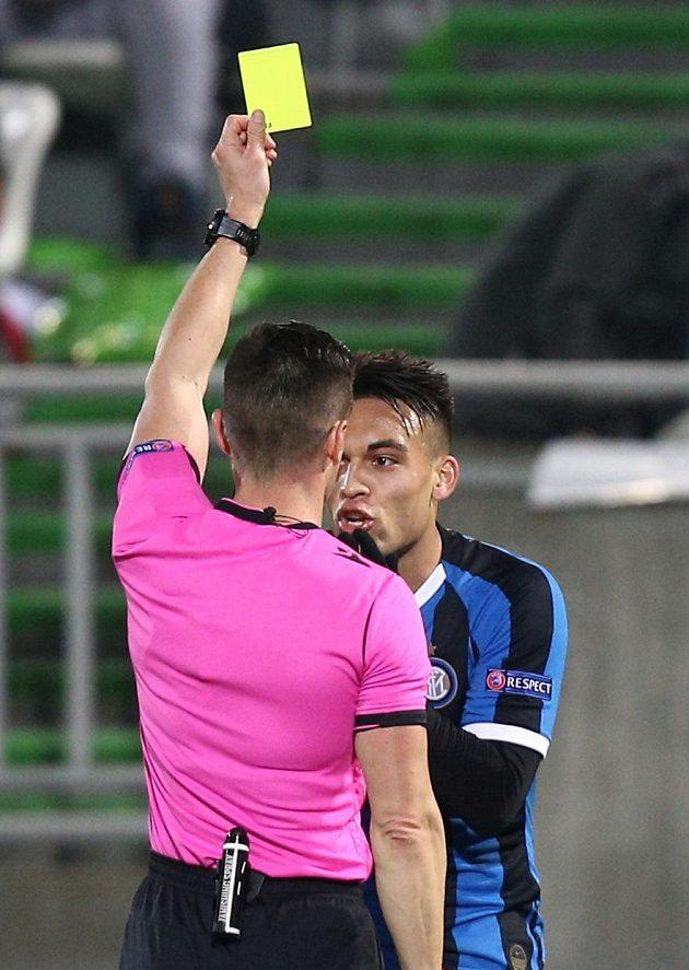 Lautaro Martínez z Interu dostává žlutou kartu od španělského rozhodčího Carlose del Cerre Grandeho.