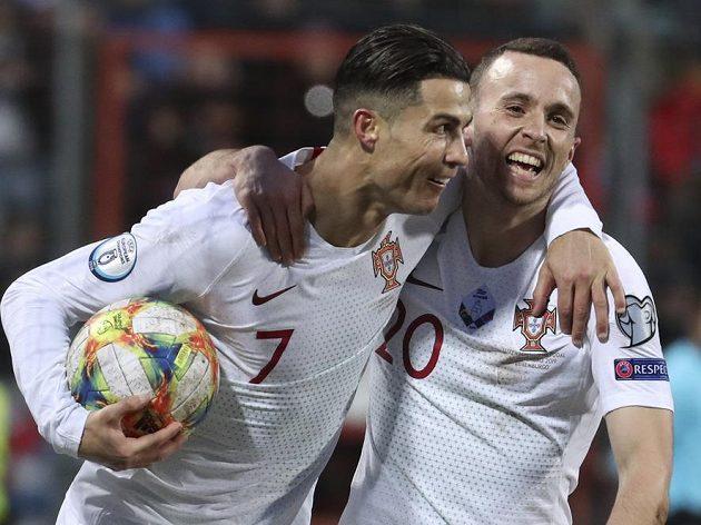 Portugalci se radují, zleva Cristiano Ronaldo a Diogo Jota.