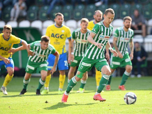 Jan Chramosta z Bohemians (vlevo) proměňuje penaltu.