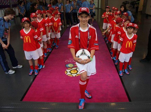 NEDÁVNÁ MINULOST: Patrik Žitný přináší míč před zápasem Česká republika - Řecko na EURO 2012 v polské Vratislavi.