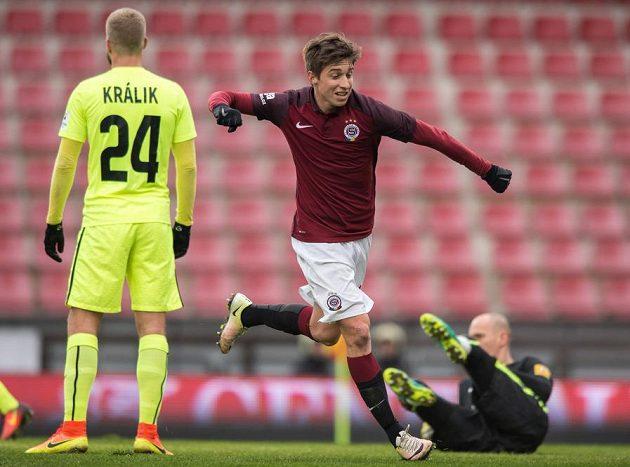 Michal Sáček ze Sparty oslavuje svůj gól proti Žilině.
