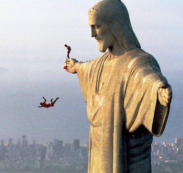 Arjen Robben padá ze sochy Krista Spasitele v brazilském Riu de Janeiro.