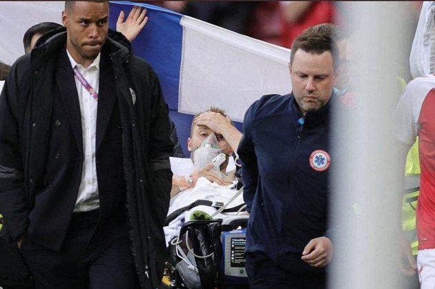 Christian Eriksen byl převezen do nemocnice, podle všeho už vnímal.