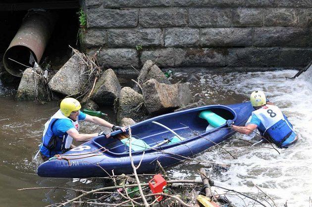 Ve vodě se závodníci potkají se spoustou odpadků.