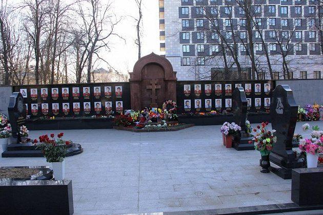 Památník s podobiznami na hřbitově v Jaroslavli.