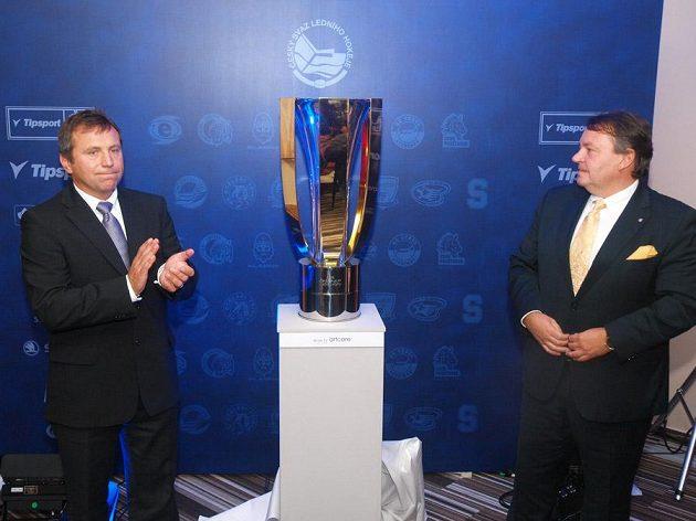 Ředitel extraligy Josef Řezníček (vlevo) a předseda Českého svazu ledního hokeje Tomáš Král odhalili Pohár T. G. Masaryka určený pro vítěze Tipsport extraligy.