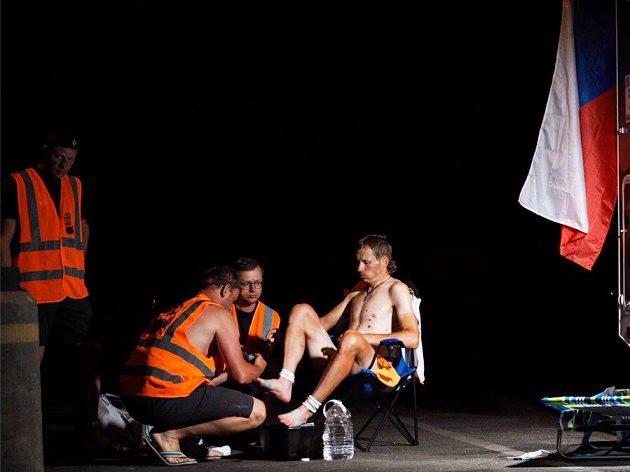 Daniel Polman během krátké zastávky na RAAM. Bez podpory týmu závod absolvovat nelze.