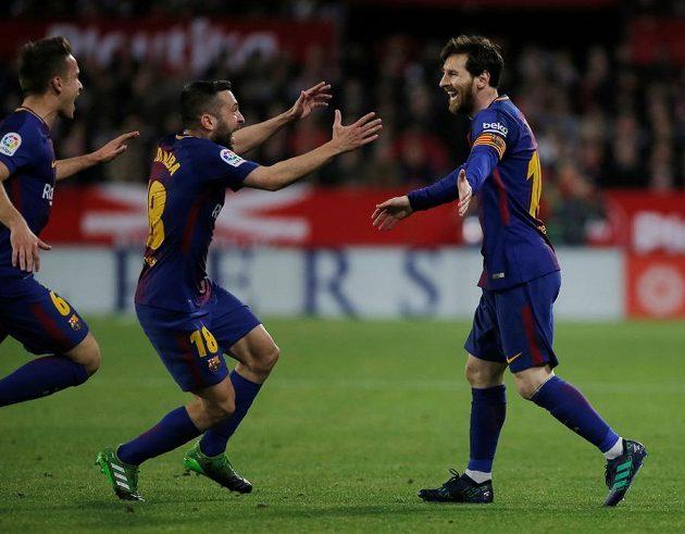 Pojď na mou hruď, hrdino náš! Barcelonský Jordi Alba spěchá pogratulovat Lionelovi Messimu (vpravo).