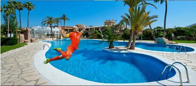 Osobitý skok do bazénu v podání Arjena Robbena.