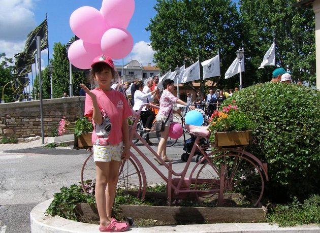Když se jede slavné Giro d'Italia, je v Itálii cyklistika sportem číslo 1. Zavládne růžové šílenství, závod prožívají všechny generace.