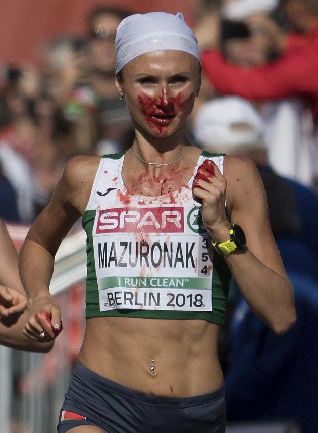 Běloruska Volha Mazuronaková vyhrála maratón na mistrovství Evropy, přestože se během závodu potýkala s velmi silným krvácením z nosu.