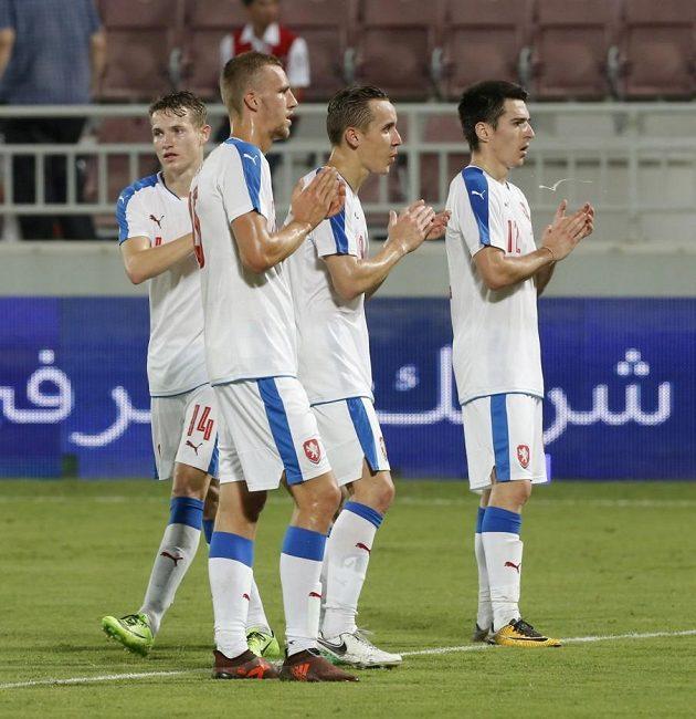 Zleva Jakub Jankto, Tomáš Souček, Josef Šural a Robert Hrubý po utkání s Katarem.