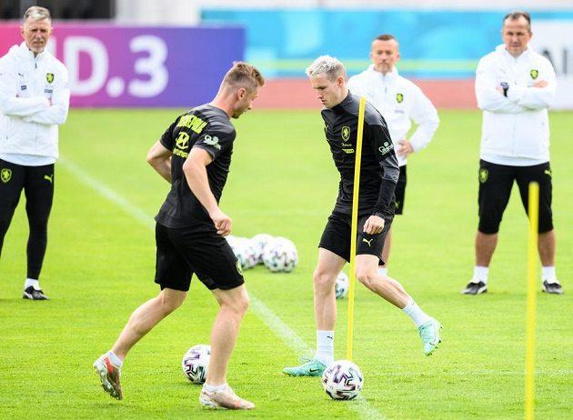 Jakub Brabec a Jakub Jankto během tréninku fotbalové reprezentace.