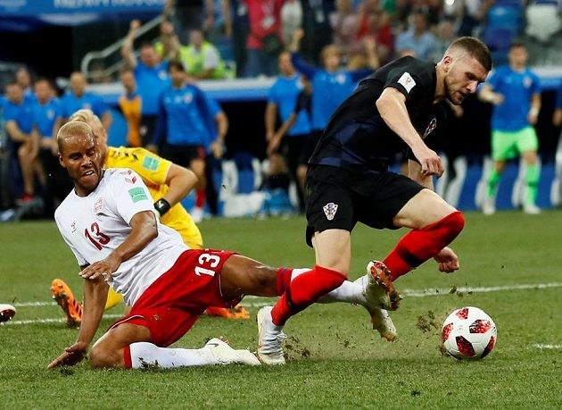 Penalta! Dán Mathias Jörgensen fauluje Chorvata Ante Rebiče.