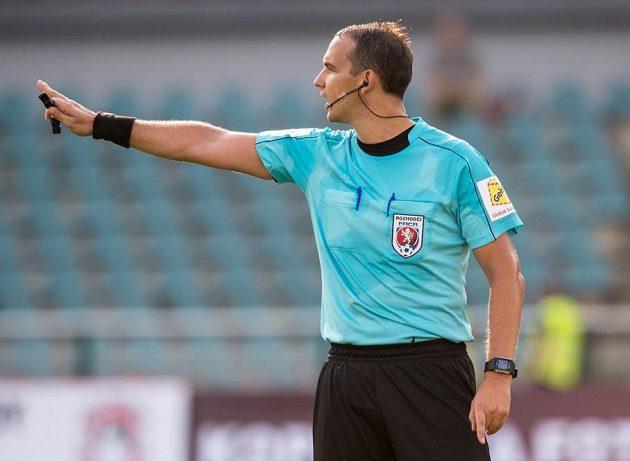 Rozhodčí Pavel Julínek během utkání Dukla - Hradec Králové.
