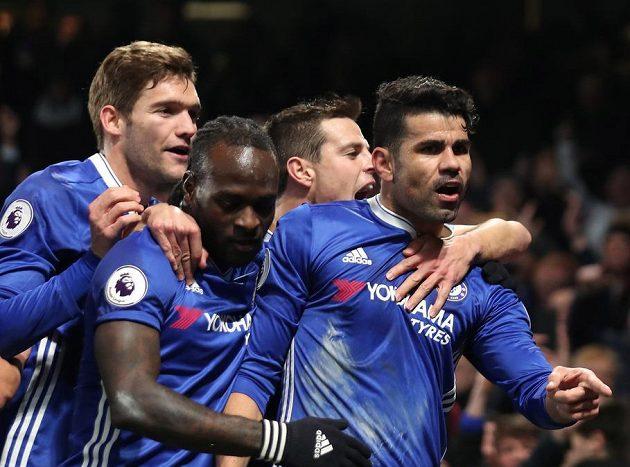 Hráči Chelsea oslavují gól Diega Costy (vpravo).