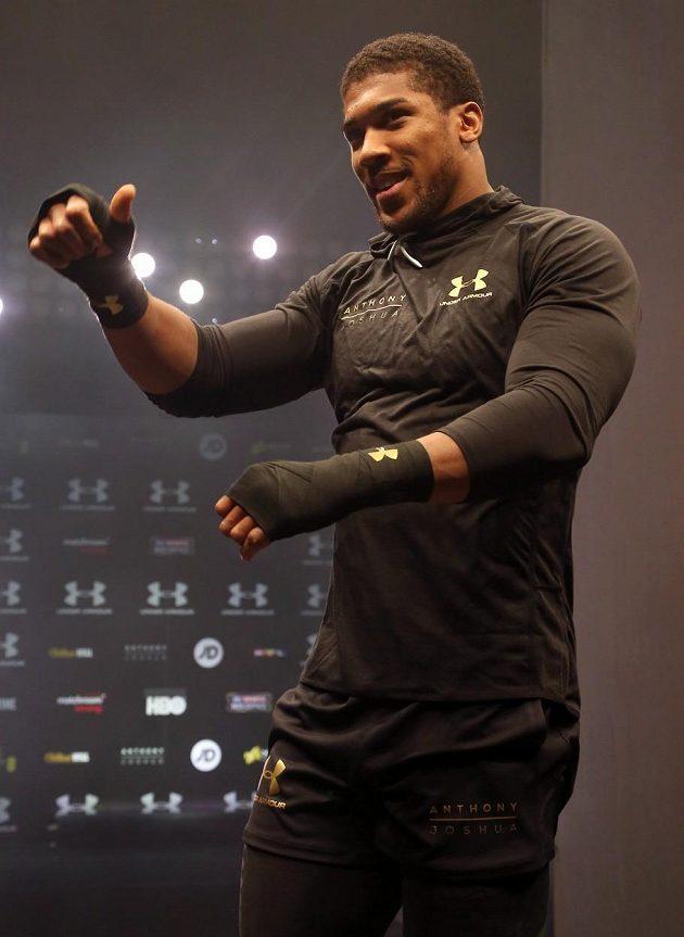 Britský boxer Anthony Joshua se chystá na bitvu s Ukrajincem Vladimirem Kličkem. Dobrá nálada mu nechybí.