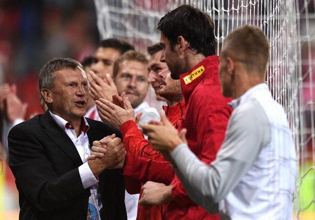 Díky, Karle! Trenér Slavie Miroslav Beránek gratuluje brankáři Hrubešovi k vynikajícímu výkonu v utkání proti Plzni.