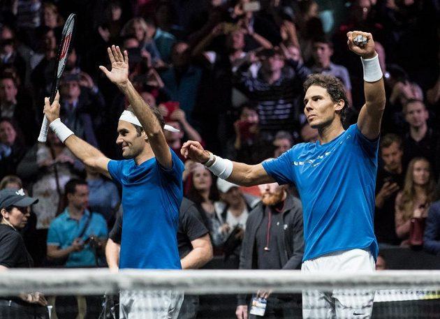 Rafael Nadal (vpravo) a Roger Federer po boji se Samem Querreeyem a Jackem Sockem v rámci tenisového turnaje Laver Cup.