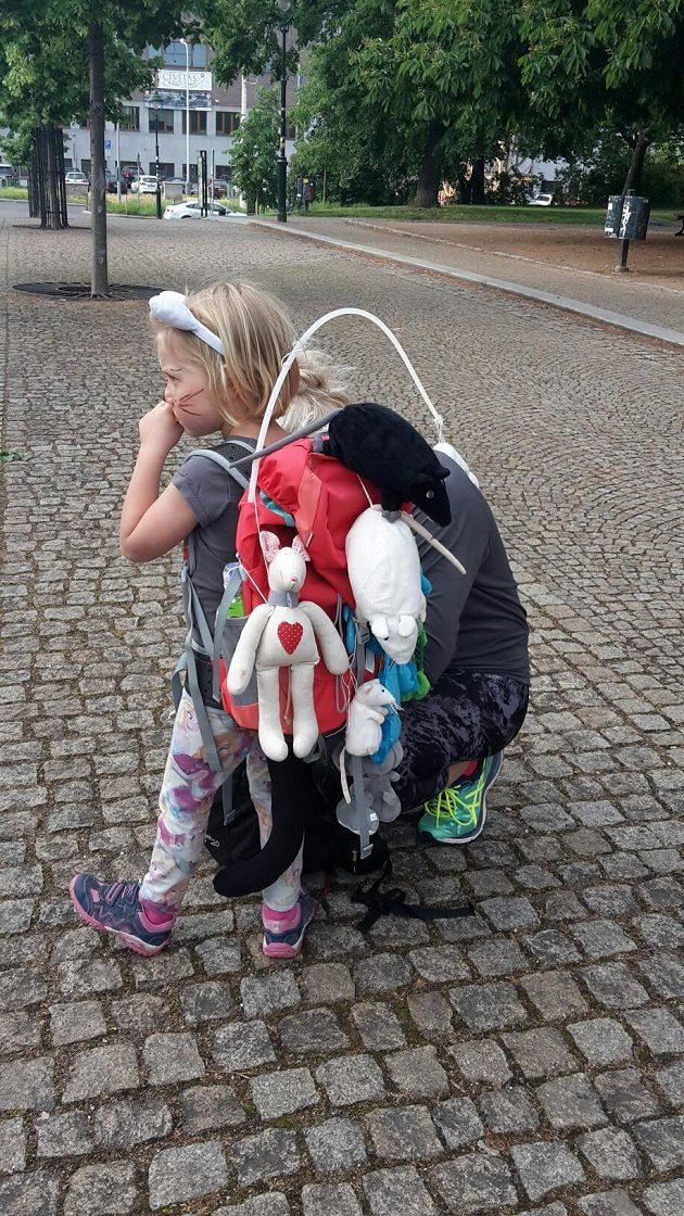 Běh s batohem: Pořádný batoh s plyšáky je základ.