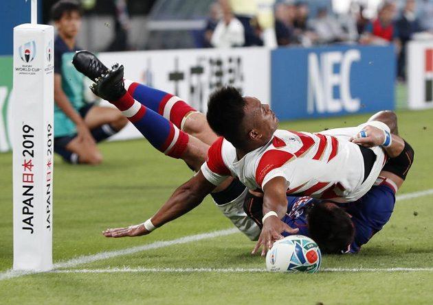 Sporný moment a video v akci... Japonec Kotaro Matsushima položil v krkolomné pozici pětku, která neplatila.