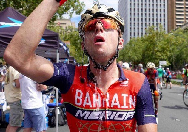 Český cyklista Ondřej Cink se osvěžuje v cíli závodu Tour Down Under v Austrálii.