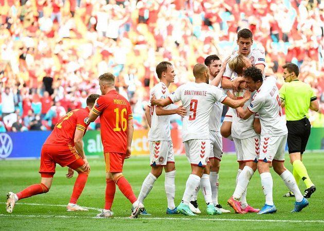 Dánský fotbalista Kasper Dolberg oslavuje se spoluhráči gól v síti Walesu v osmifinále EURO.