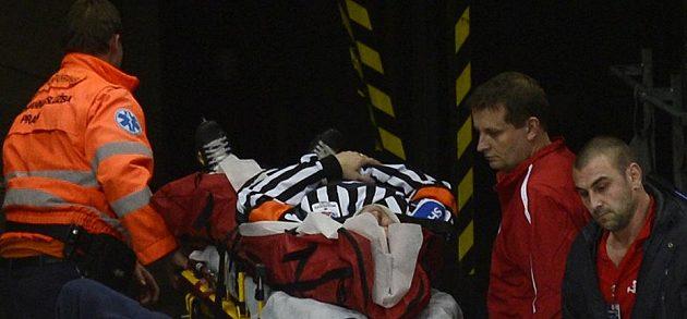 Zraněný hlavní rozhodčí Tomáš Horák opouští na Slavii po zásahu pukem ledovou plochu na nosítkách.