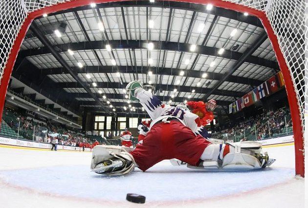Jedenáctkrát byl k vidění podobný obrázek během utkání Česka s Ruskem na MS hokejistů do 18 let. Češi prohráli 1:11.